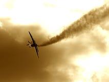 Een vliegtuig dat de rookmanier maakt stock foto