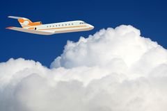 Een vliegtuig in de hemel stock foto's