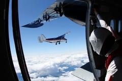 Een vliegtuig in de hemel De mening van een ander vliegtuig royalty-vrije stock foto