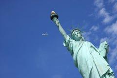 Een vliegtuig die door het Standbeeld van Vrijheid vliegen, de Stad van New York Royalty-vrije Stock Foto