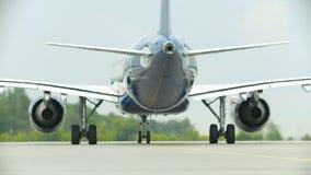 Een vliegtuig die op de baan berijden - warme lucht die uit de turbine komen stock footage