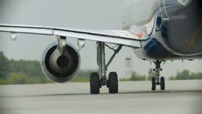 Een vliegtuig die op het luchthavengebied berijden - werkende turbine - warme lucht van de turbine stock video