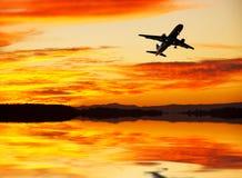 Een vliegtuig die over het meer vliegen stock foto's