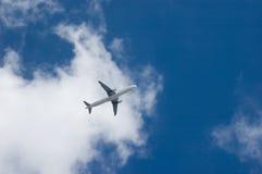 Een vliegtuig in een hemel Royalty-vrije Stock Foto's