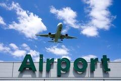Een vliegtuig en een luchthaven Royalty-vrije Stock Foto