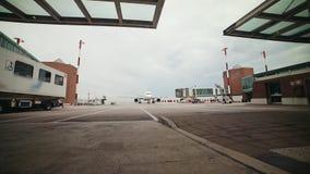 Een vliegtuig is klaar voor het inschepen Status op het luchthavengebied stock video
