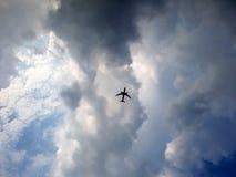 Een vliegtuig met de hemel Stock Foto's