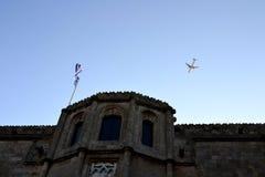 Een vliegtuig op de hemel boven een oud gebouw in de Oude stad van Rhodes Island, Griekenland, Europa Stock Foto's
