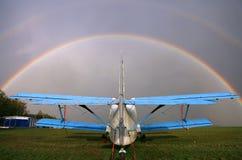 Een-2 vliegtuig op het vliegveld Regenboog over de hemel royalty-vrije stock afbeeldingen