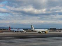 Een vliegtuig treft voorbereidingen om op de baan van Terminal T4 de Advertentie van start te gaan stock afbeelding