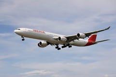 Een vliegtuig van de luchtvaartlijnen die van IBERIA in de hemel vliegen stock foto's