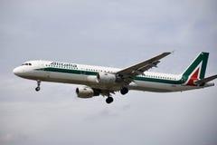 Een vliegtuig van luchtvaartlijnen die van het de Luchtbedrijf van Alitalia de Italiaanse in de hemel vliegen royalty-vrije stock afbeelding