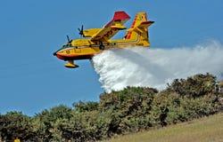 Een vliegtuig vecht tegen een brand Stock Afbeeldingen