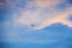 Een vliegtuig vliegt in de hemel Royalty-vrije Stock Foto's