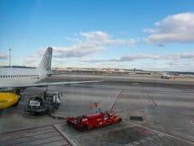 Een vliegtuig wordt geladen met benzine alvorens op de baan van start te gaan stock fotografie