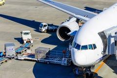 Een vliegtuiglading op lading stock foto's