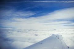 Een vliegtuigvleugel boven de wolken Royalty-vrije Stock Foto