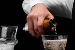 Een vloeistof van de barman gietende alcohol in een glas Een concept dranken, alcohol en restaurant de dienst De ruimte van het e Stock Fotografie