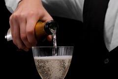 Een vloeistof van de barman gietende alcohol in een glas Een concept dranken, alcohol en restaurant de dienst De ruimte van het e Stock Foto's
