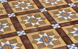 Een vloer met middeleeuwse versleten tegels Stock Fotografie