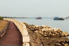 Een vloot van schepen in de rivier stock foto's