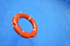 Een vlotter in de pool stock afbeeldingen