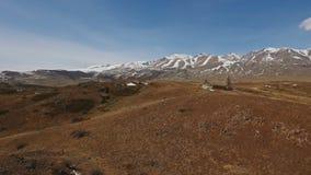 Een vlucht over een mooie vallei met sneeuwbergen in de afstand stock videobeelden