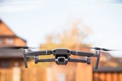 Een vlucht van drons achter een vage achtergrond schoot met voorwaarts royalty-vrije stock foto
