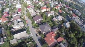 Een vlucht van een hommel over huizen stock footage