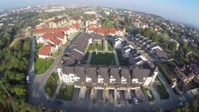 Een vlucht van een hommel over huizen stock video