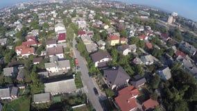 Een vlucht van een hommel over huizen stock videobeelden