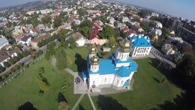 Een vlucht van een hommel over kerk stock footage