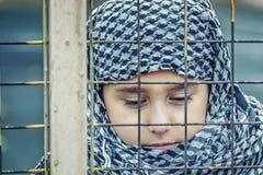Een vluchtelingsmeisje van het oosten in een headscarf stock afbeeldingen