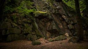 Een vochtige die rots met mos wordt behandeld royalty-vrije stock afbeelding