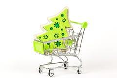 Een voedselkar met een stuk speelgoed Kerstboom Op een witte achtergrond Royalty-vrije Stock Foto's