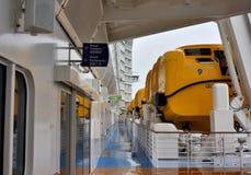 Een voering van de luxecruise en een reddingsboot Stock Foto's