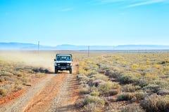 Een 4x4 voertuig die op een landweg in Karoo drijven Stock Afbeeldingen