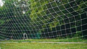 Een voetbalbal vliegt in het net Slow-motion plan van Nice stock videobeelden