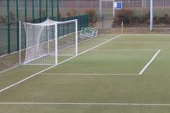 Een voetbaldoel op synthetisch gras Stock Fotografie