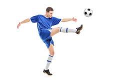Een voetballer die een bal ontspruit royalty-vrije stock foto's