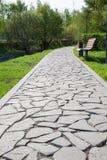 Een voetdieweg van stenen van onregelmatige vorm wordt gemaakt royalty-vrije stock foto