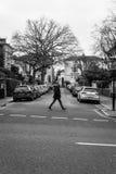 Een voetganger kruist de straten Royalty-vrije Stock Afbeeldingen
