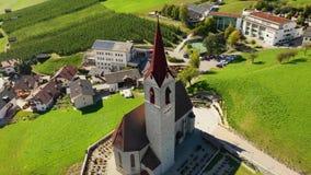 Een vogelperspectief van de kerk en de vallei dichtbij het dorp van Velturno Dolomiet De herfst Italië stock video