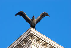 Een vogelstandbeeld stock foto