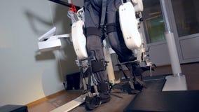 Een volledig die lichaam van een mens binnen exoskeleton wordt geschoten stock video