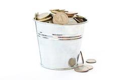 Een volledige emmer van muntstukken Stock Foto