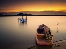 Een volledige geladen die boot op de kust wordt geplaatst Royalty-vrije Stock Fotografie