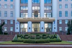 Een vooraanzicht aan de Republiek van Moldova& x27; s het Parlement stock foto