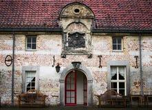 Een vooraanzicht van een huis in de hofyard van een kasteel stock afbeeldingen