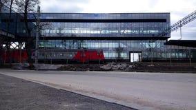 Een voorbijgaande trein en glaspost stock footage